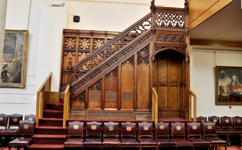staircase-in-the-upper-hall-at-the-guildhall-in-london